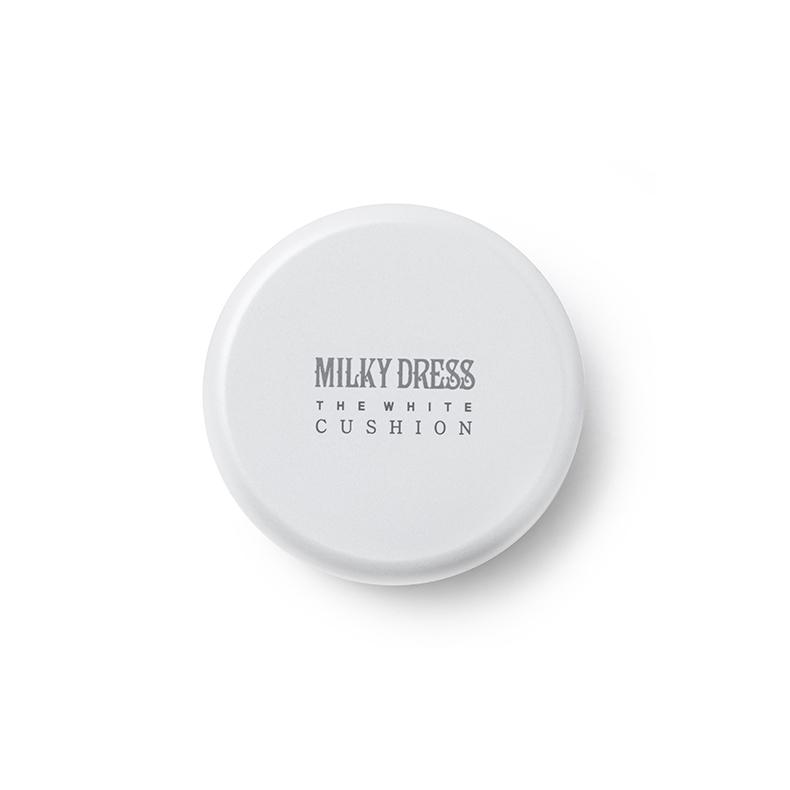 这是我第一次使用Milky Dress家的气垫BB,之前使用过他家的身体乳液还不错。MILKY DRESS美白牛奶气垫组套与亦博、兰芝、赫拉或者雪花秀这类气垫BB有所不同,其他家的气垫BB多为粉质(其实就是粉底液),但MILKY DRESS美白牛奶气垫BB是乳液型的,颜色就像是牛奶一样,特别的轻薄清爽,不会有粉底类气垫BB的厚重感。用过后会有一种由内而外的白皙感,保湿效果和持久度都不错,但遮瑕度较低要配合面部遮瑕产品一起使用。