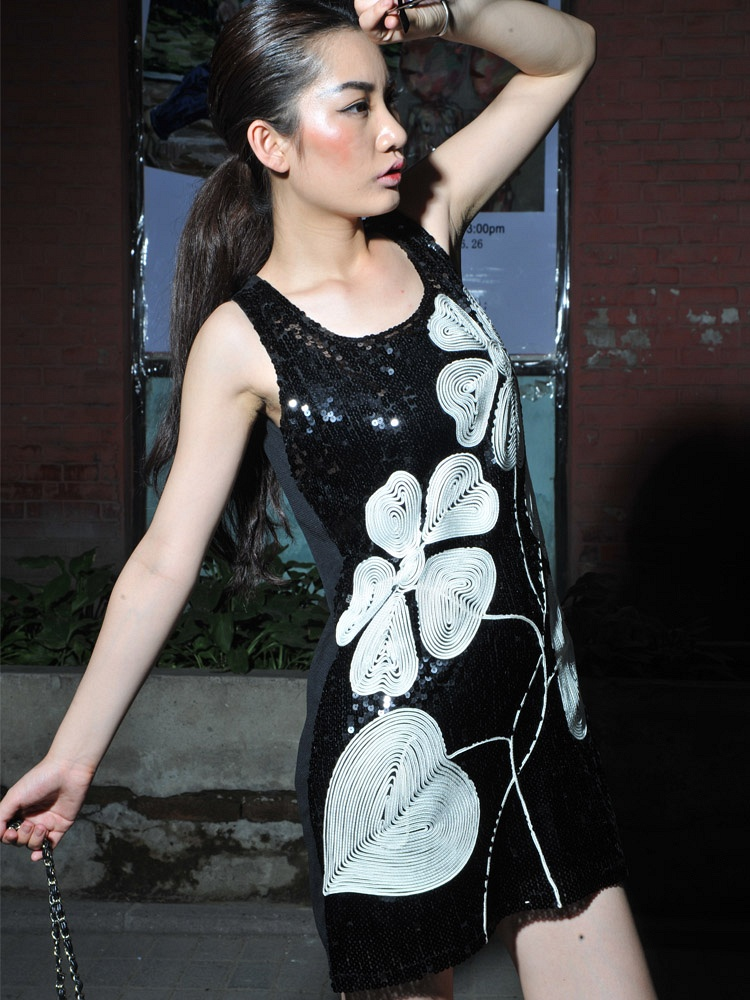 黑底白花裙子搭配
