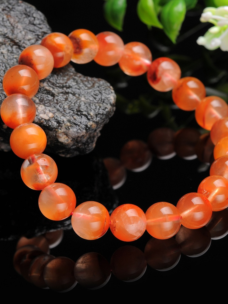 红兔毛水晶是水晶中较昂贵的品种