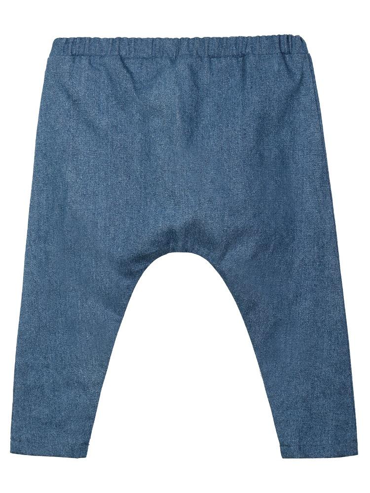 舍予良仓宝宝纯棉牛仔裤,棉牛仔布,经过三次水洗,不易掉色,且面料结实耐磨,适合宝宝室外活动外出穿着;加大臀围和加长裆部,轻松容纳尿不湿,适合任意体型的宝宝;腰部采用百和专利AP松紧带,超级柔软,贴服抗过敏专利,国际OEM一线工厂,国际认证原辅料,安全环保,做工精良,品质保证。