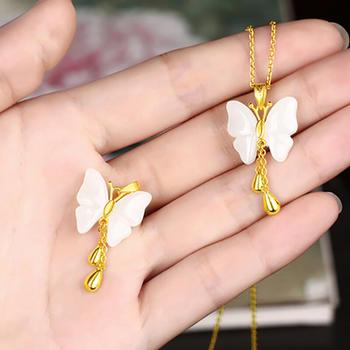 黄金项链女吊坠和田玉蝴蝶